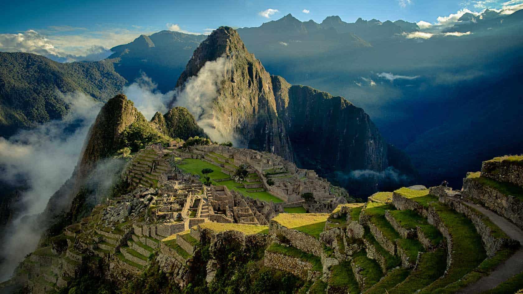 machu picchu with Berenger Zyla featured - ¿Sabes cuántas personas visitan Machu Picchu?