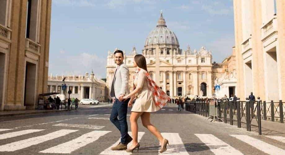 Pareja paseando por Roma, disfrutando tour por Europa, España es su siguiente destino