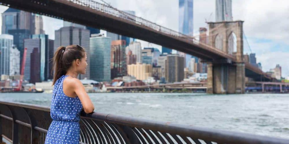 Canva New York City Urban Tourist Woman Looking At Brooklyn Bridge And Skyline - New York: Hotel + Tour | 3 Y 4 Noches | Hasta Agosto 2021