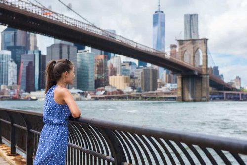 Canva New York City Urban Tourist Woman Looking At Brooklyn Bridge And Skyline - Ofertas