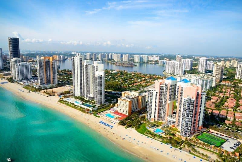 Miami, Estados Unidos - Vista aérea de la playa con todos los hoteles cercanos a la costa