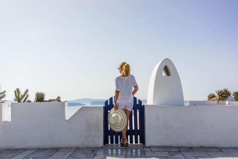 Grecia - Mujer en el balcón frente al mar