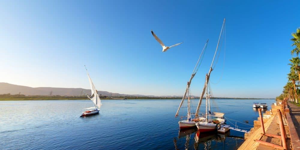 Egipto - Bote a orillas del Nilo en Aswan con un cielo azul y despejado
