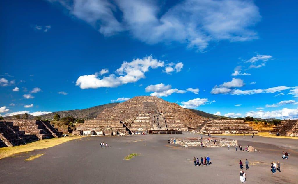 Canva Avenue Dead Temple of Moon Pyramid Teotihuacan Mexico City Mexico 1200x743 - México: Una Tierra con Muchas Capas