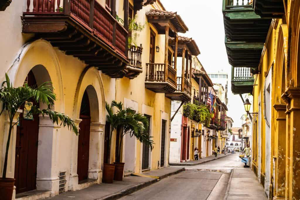 Canva Typical street scene in Cartagena 1200x803 - 10 razones para visitar Cartagena