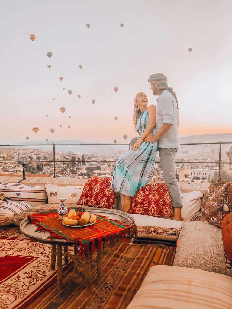 TURQUIA-CAPADOCIA-COUPLE-BALLOONS-min
