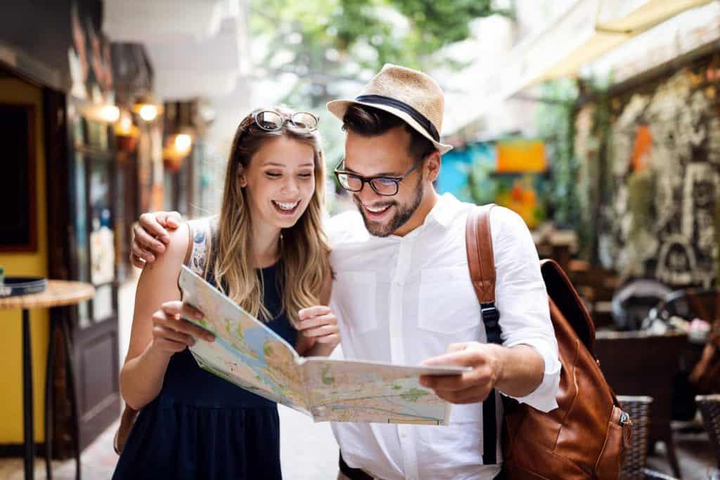 Tourist Couple Traveling Travel Walking On Street 8Y9869J Min - Ofertas: Destinos 2X Para 2