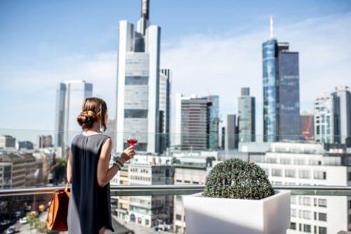 Canva Businesswoman in Frankfurt min 500x333 - Todos a Europa 18 días