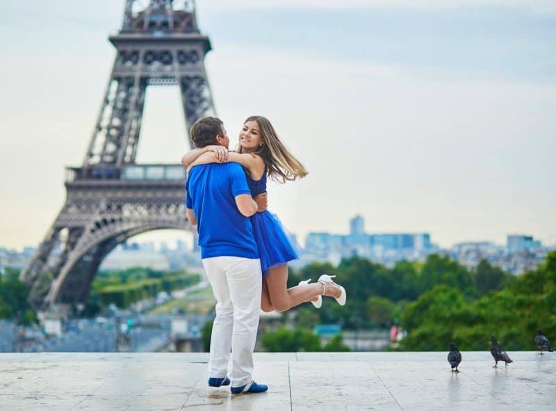 Canva Beautiful Young Couple In Paris 2 Min - Viajes Por Europa: Los Mejores 2021 - 2022
