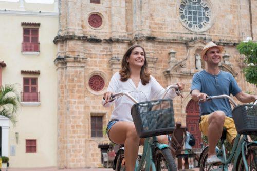 Pareja Paseando Por Cartagena Planesturisticos.com - Planes Turísticos