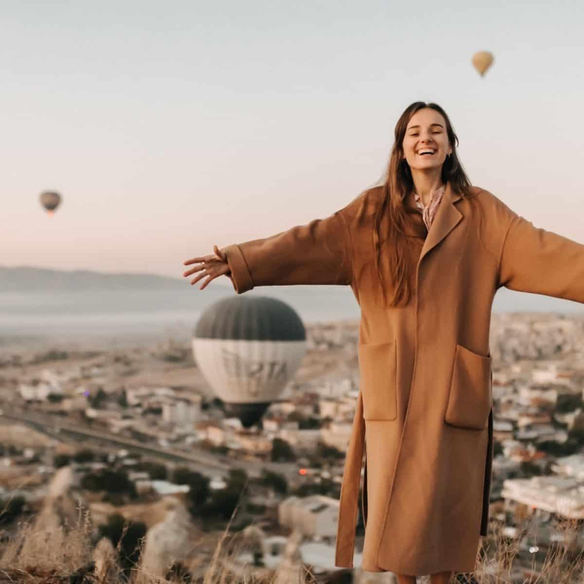 Mujer En Turquia Capadocia Con Globos Planesturisticos.com - Promo Turquía 13 Días 11 Noches · Hasta Diciembre 2021