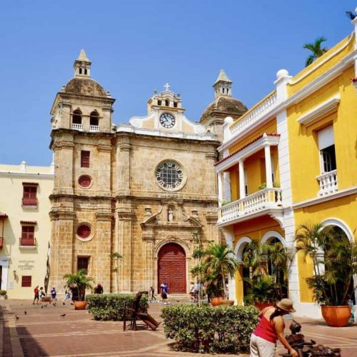 CARTAGENA-Cathedral-and-bright-yellow-colonial-style-min