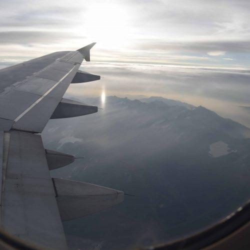 Avión, vuelo, viaje, viajar, ala de avión, paisaje aéreo, volar, viajando, vacaciones, vuelo a Suiza, sobrevolar, descansar, pensar, en las nubes, cielo, nubes