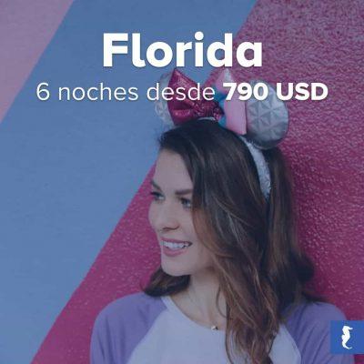Florida, Estados Unidos - Joven Sonriente Con Orejas De Mickey Recostada A Una Parede De Franjas Azules Y Violetas