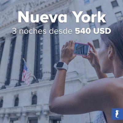 Nueva York, Estados Unidos - Joven Tomando Foto A Un Museo Con La Bandera De Eeuu Al Fondo
