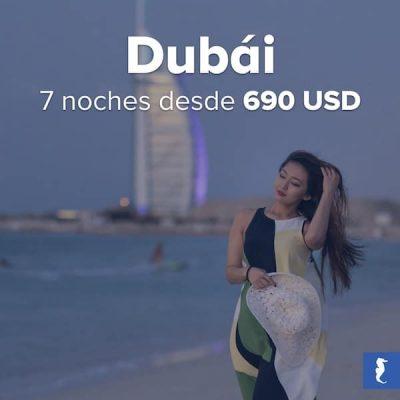 Dubái - Mujer Joven Caminando Por Una Playa Con Un Majestuoso Edificio De Fondo Mientras El Viento Juega Con Su Cabello