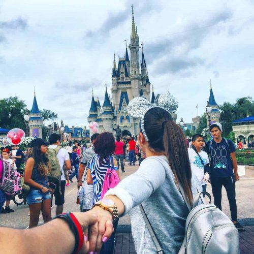 Mujer-en-Disney-World-min